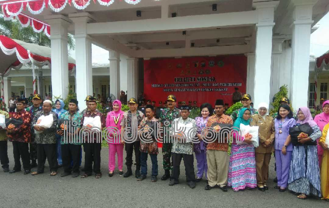 Ke Pamekasan, Panglima TNI dan Kapolri Serahkan Seribu Sembako Kepada Warga Kurang Mampu
