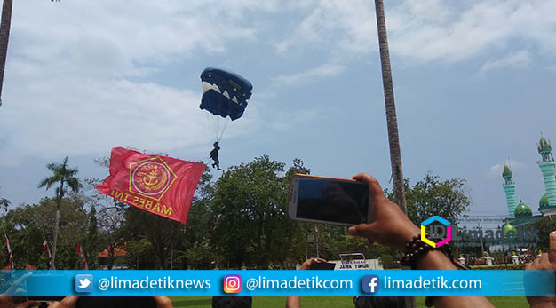 Panglima TNI dan Kapolri Tiba di Baperwil Pamekasan Langsung Menyaksikan Penerjun Freefall
