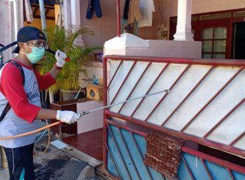 Cegah Penyebaran Covid-19, RT 01 Perum Pondok Indah Kolor Sumenep Kompak Lakukan Penyemprotan Disinfektan