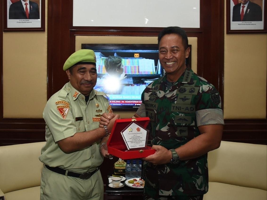 Ketua Umum Pemuda Panca Marga sekaligus Komandan Korps Yudha Putra Berto Izaak Doko bersama KSAD Jenderal TNI Andika Perkasa PhD