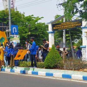 Sempat Blokade Jalan dan Bakar Ban, Aksi Demo di Bangkalan Berakhir Damai