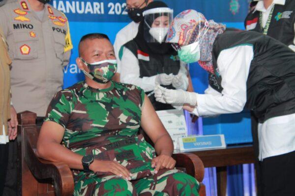 Di Kabupaten Lamongan Letkol Sidik Orang Pertama Disuntik Vaksin