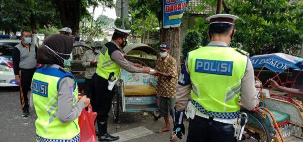 Gelar Jum'at Berkah, Satlantas Polres Bondowoso Bagikan Ratusan Nasi Kotak dan Masker
