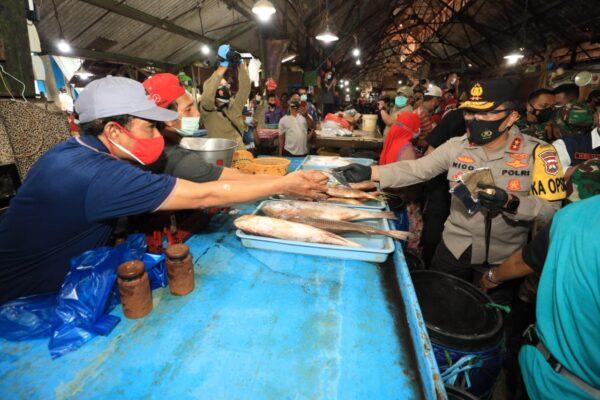 5 Ribu Paket Sembako dan Puluhan Ribu Masker Dibagikan Forkopimda Jatim di Pasar Ikan Pabean