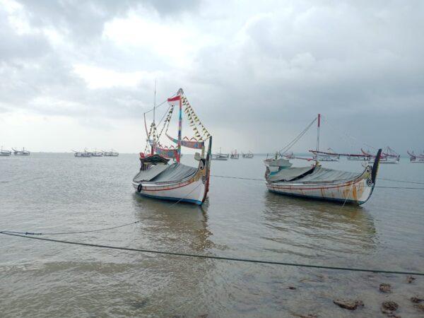 Cuaca Buruk, Nelayan Sumenep Perbaiki Alat Tangkap