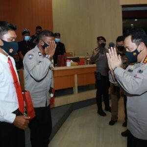 Kapolri Ganjar Penghargaan Dua Personel Polda Bali Berprestasi
