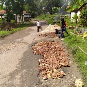 Jalan Rusak Tak Kunjung Diperbaiki, Warga Tanah Merah dan Galis Gotong Royong