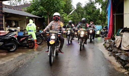 Berikan Bansos, Kapolda Jatim dan Pangdam V Gunakan Motor Trail Tinjau Lokasi Langsor