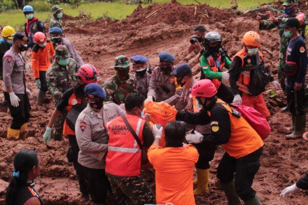 Patut Diapresiasi, Sinergitas TNI-Polri dan Relawan Mencari Korban Longsor di Nganjuk