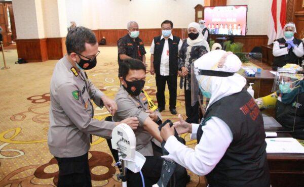 Didampingi Gubernur Khofifah dan Pangdam V, Kapolda Jatim Divaksin Tahap Kedua