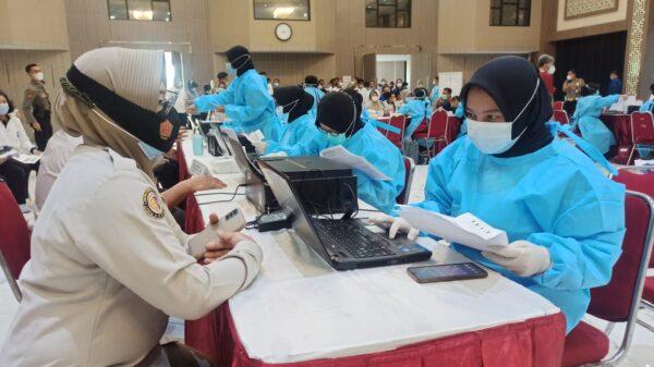 Tingkatkan Herd Immunity di Jawa Timur, Polisi dan Kyai Gelar Vaksin
