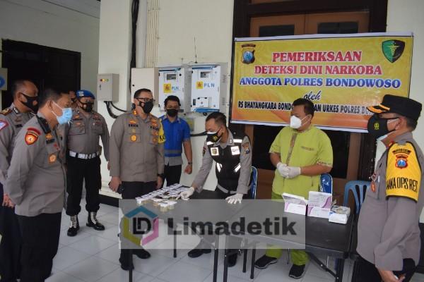 Ratusan Personel Polres Bondowoso Jalani Tes Urine