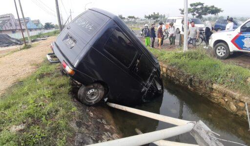 Hilang Kendali, Mobil Cerry Nyungsep di Nambakor Sumenep