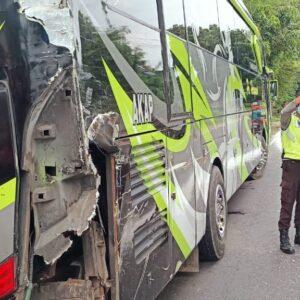 Mobil Truk Seruduk Bus dari Belakang Saat Perbaiki Rem