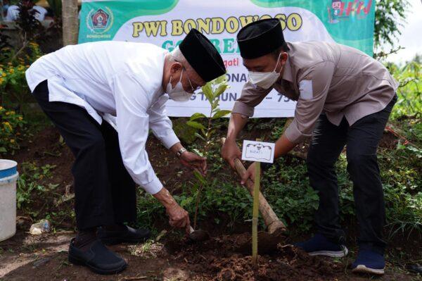 Masih Dalam Rangka HPN Bupati Salwa Ikut Tanam Pohon Bersama PWI