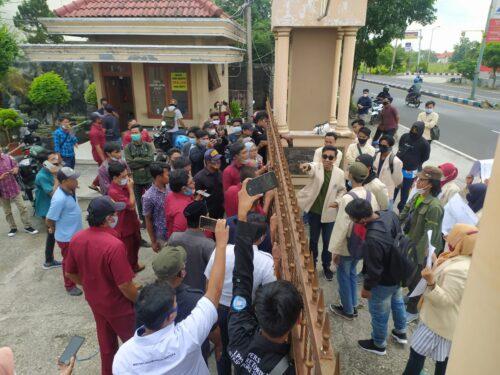 Unjuk Rasa Aliansi Mahasiswa Angkatan 2017 Sempat Menegangkan