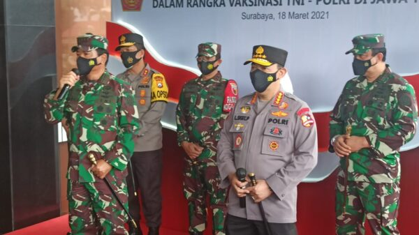 Bersama Panglima TNI, Kapolri Tinjau Vaksinasi Prajurit TNI-Polri di Polda Jatim