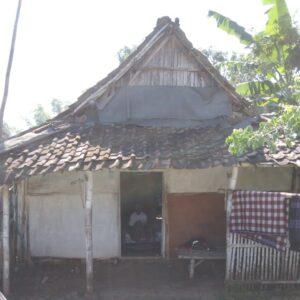 Komunitas Mojokerto Bersatu Rehab Rumah Warga Tidak Layak Huni