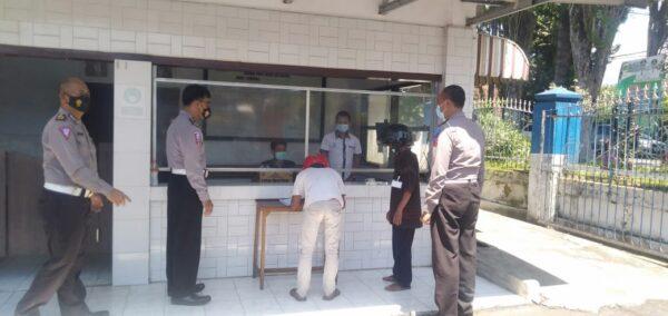 Masuk Kantor Satlantas Bondowoso, Wajib Registrasi dan Diperiksa Barang Bawaan