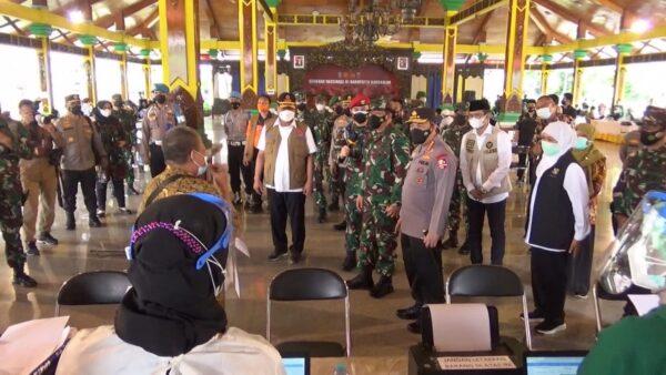Panglima TNI dan Kapolri Tinjau Pelaksanaan Vaksinasi Massal di Bangkalan