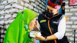 Penuh Haru, Bupati Baddrut Tamam Suapin Lansia Sebatangkara di Pamekasan