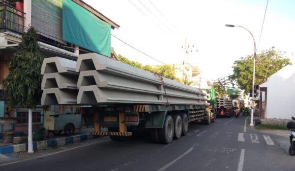 Warga Resah, 8 Truck Ganggu Jalan Umum