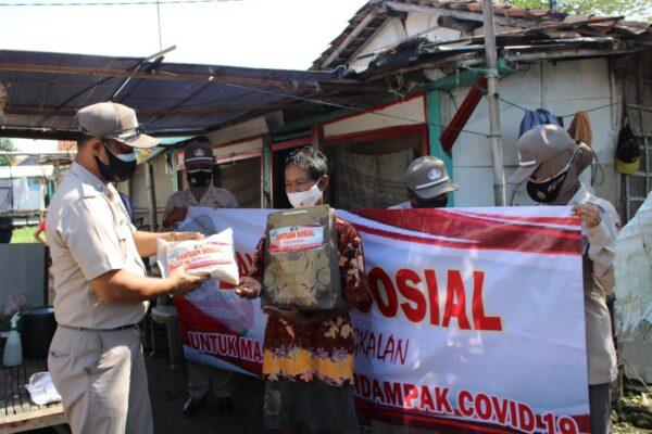 Bakti Sosial ASN Polres Bangkalan Berbagi Sembako dengan Warga Terdampak Covid-19
