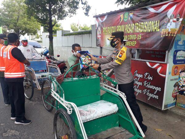Masih PPKM, Kapolres Sumenep dan Sejumlah Relawan Pasar Anom Bagikan Sembako