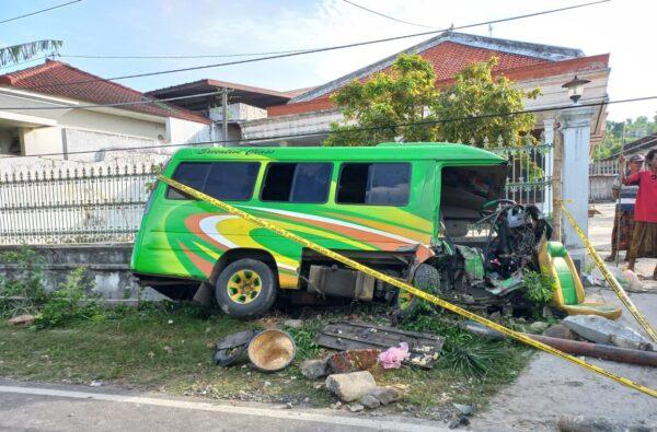 Laka Lantas, 2 Orang Penumpang Minibus di Sumenep Meninggal Dunia